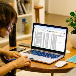 Chica trabajando con Excel