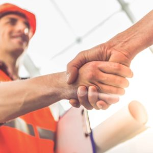 Arquitecto dándose la mano con alguien