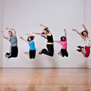 Grupo de gente saltando durante una coreografía