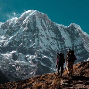 dos montañeros caminando