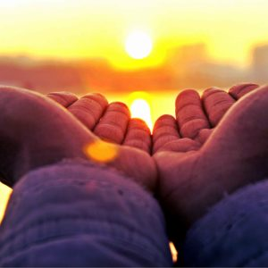 Manos señalando al sol