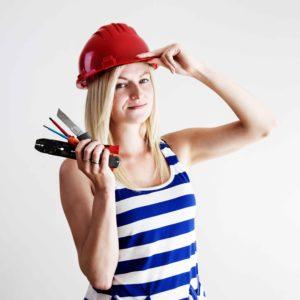chica con casco de obra